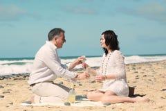 Bevendo sulla spiaggia Fotografie Stock Libere da Diritti