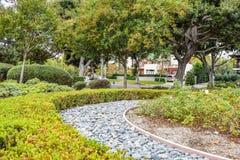 Beverly Gardens Park Nicely arregló arbustos, las flores y las piedras delante de la casa, jardín Diseño del paisaje Fotos de archivo libres de regalías