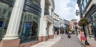 BEVERLY HILLS, CA - Rodeo Drive with tourists. Beverly Hills is Royalty Free Stock Photography