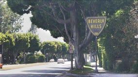 Beverly Hills firma adentro Los Ángeles con tráfico almacen de metraje de vídeo