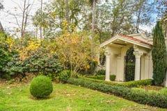 Beverly Hills Gardens Park firma dentro la vista di Los Angeles ed i cespugli, vista vaga dell'acqua del fondo immagine stock libera da diritti
