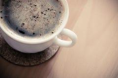 beverly Kopp av varmt drinkkaffe med fradga arkivbilder