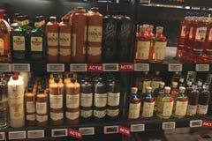 Beverwijk, Нидерланд, 26-ое октября 2018: Бутылки в винном магазине стоковые изображения