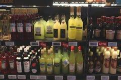 Beverwijk, Нидерланд, 26-ое октября 2018: Бутылки в винном магазине стоковое изображение rf