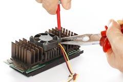 Bevestig een elektrocomponent Stock Afbeeldingen