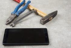 Bevestig uw mobiele telefoon met hamerpaar van spelers of een moersleutel niet royalty-vrije stock afbeelding