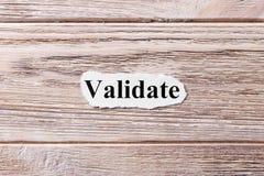 BEVESTIG van het woord op papier Concept Woorden van VALIDATE op een houten achtergrond stock foto's