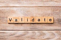 BEVESTIG woord dat op houtsnede wordt geschreven BEVESTIG tekst op houten lijst voor uw het desing, concept stock afbeelding
