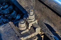 Bevestigingsmiddelendwarsbalken aan de spoorwegsporen Oude inrichting met gegalvaniseerde bouten stock fotografie