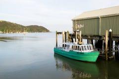 Bevilja fiskeskytteln som binds upp på den Mangonui hamnplatshamnen som långt är ingen arkivbilder
