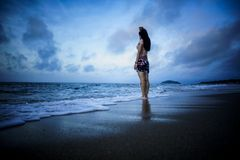 Bevinden de meisjes zich het strand stock afbeelding