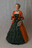 Bevindend meisje in barokke kleding Stock Afbeeldingen