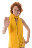 Bevindend rood meisje in het gele spreken nr Stock Fotografie