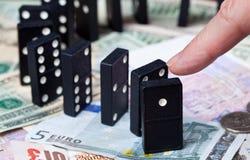 Bevindende domino's op bankbiljetten Royalty-vrije Stock Foto's