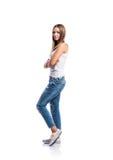Bevindende geïsoleerde tiener in jeans en wit hemd, stock afbeeldingen
