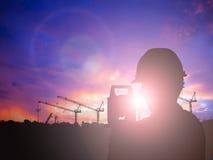 Bevindende het onderzoekswerk van de silhouet het Succesvolle mannelijke ingenieur aangaande cons. Stock Foto's