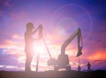 Bevindende het onderzoekswerk van de silhouet het Succesvolle mannelijke ingenieur aangaande cons. Royalty-vrije Stock Afbeeldingen