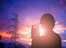 Bevindende het onderzoekswerk van de silhouet het Succesvolle mannelijke ingenieur aangaande cons. Stock Fotografie