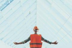 Bevindende Industriële Ingenieur in Vest en Helm stock fotografie