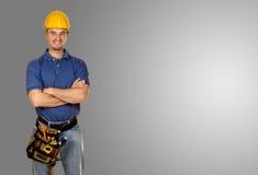 Bevindende jonge handarbeiders grijze achtergrond Stock Afbeeldingen