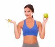 Bevindende jonge vrouw die gewichtsverlies proberen stock afbeelding