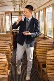 Bevindende mens met snor en glazen op dri van de trein houten wagen stock foto