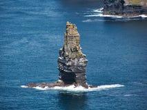 Bevindende Rots in de Atlantische Oceaan dichtbij Ierland royalty-vrije stock afbeelding