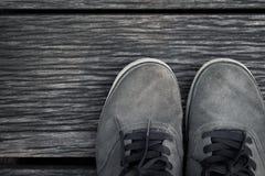 Bevindende Schoenen op de houten vloerachtergrond Stock Afbeeldingen
