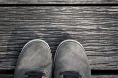 Bevindende Schoenen op de houten vloerachtergrond Stock Foto