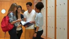 Bevindende studenten die in kleedkamer spreken stock videobeelden
