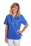 Bevindende verpleegster die bij camera lachen Royalty-vrije Stock Foto