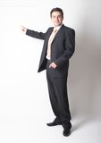 Bevindende witte zakenman die in kostuum op grafiek richt Royalty-vrije Stock Afbeelding