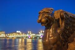 Bevingat lejon på den Neva invallningen, St Petersburg, Ryssland Arkivfoto