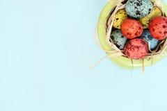 Bevlekte eieren op blauwe achtergrond stock afbeeldingen