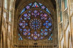 Bevlekte vensters in St Vitus Kathedraal stock foto's