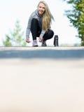 Bevor dem Laufen trägt die Frau zur Schau, die Spitze bindet Stockfoto