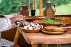 Bevor dem Vorbereiten der Mahlzeit bemannt die Hände, die weiße Pilze säubern W lizenzfreies stockbild