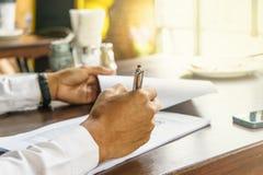 Bevor er unterzeichnet, sollte der Vertrag das Dokument sorgfältig lesen lizenzfreies stockbild