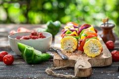 Bevor frische Aufsteckspindeln mit Gemüse und Fleisch gegrillt werden stockbilder