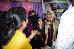 Bevorstehender Politiker Yasmin Arora Munshi der indischen moslemischen Frauensozialaktivisten, die zu Leuten in Mumbra 10/03/201 lizenzfreie stockfotos