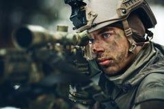 Beväpnad man i kamouflage med prickskyttvapnet Royaltyfri Bild