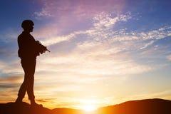Beväpnad soldat med geväret Vakt armé, militär, krig Royaltyfri Bild