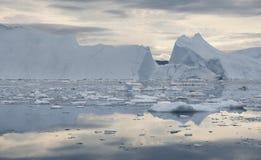 Bevriest en ijsbergen van polaire gebieden van Aarde Royalty-vrije Stock Foto's