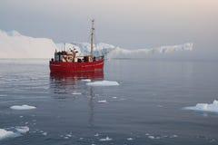 Bevriest en ijsbergen van polaire gebieden van Aarde Stock Afbeelding