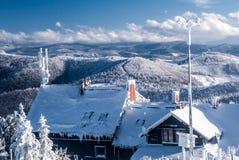 Bevriezende de winterdag op de heuvel van Wielka Racza in de bergen van Beskid Zywiecki met chalet en heuvels op de achtergrond royalty-vrije stock afbeelding