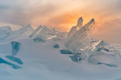 Bevroor het brekende ijs van Baikal watermeer stock foto's