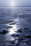 bevroor het water in Siberische rivier stock afbeeldingen
