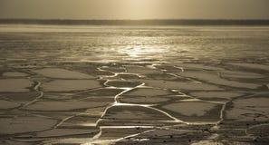 bevroor het water in Siberische rivier stock foto