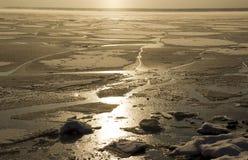 bevroor het water in Siberische rivier stock fotografie