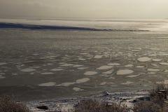 bevroor het water in Siberische rivier royalty-vrije stock fotografie